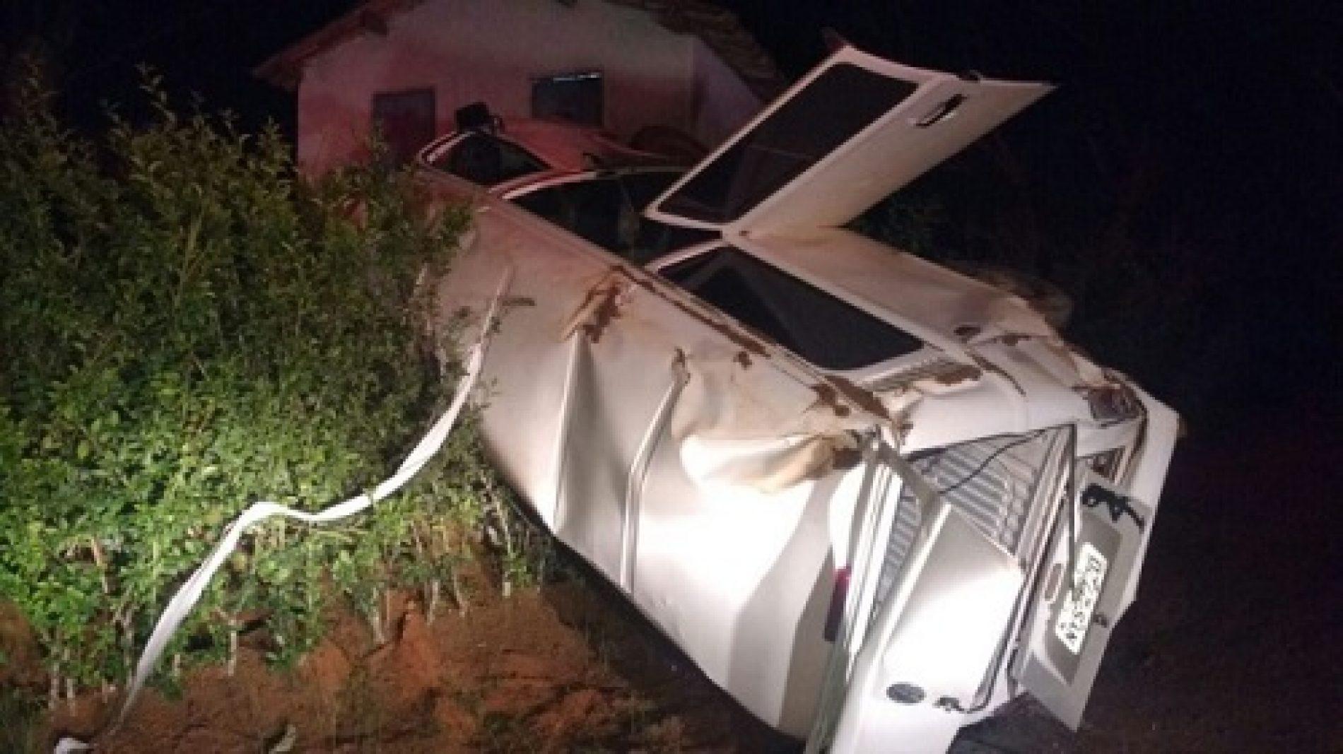 Kombi capota entre os municípios de Amargosa e Mutuípe e deixa 5 feridos