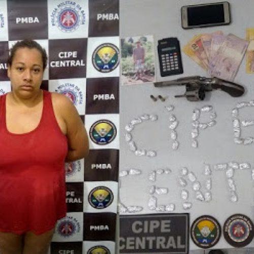 Barra do Rocha: Mulher é presa com drogas e revólver após denuncia pelo whatsapp