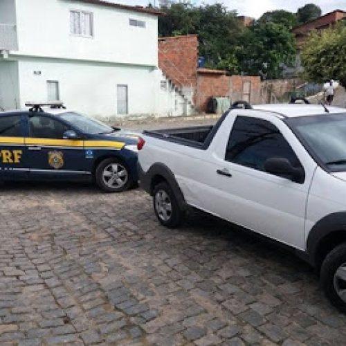 Jitaúna: Vendedor de carros é flagrado pela PRF com R$ 54 mil e veículo roubado
