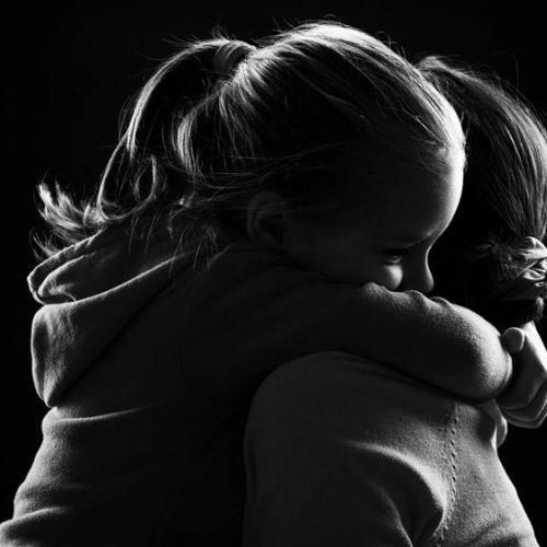 Após estupro e pedido de aborto negado, menina de 10 anos dá à luz