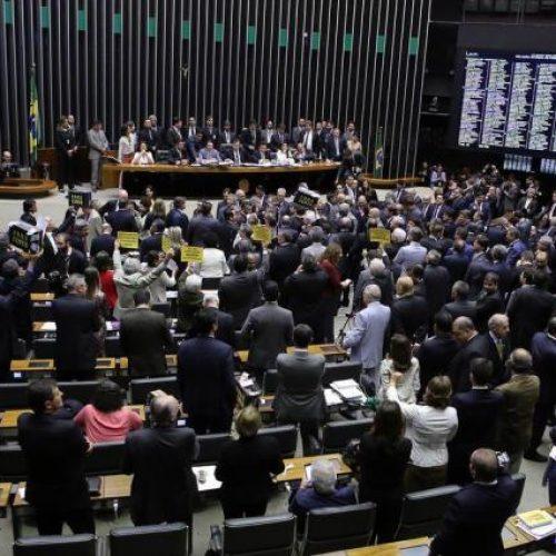 Câmara volta a adiar votação da PEC da reforma política