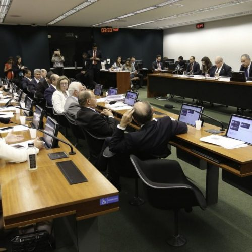 Comissão da Câmara concluiu votação que cria 'distritão' e fundo público