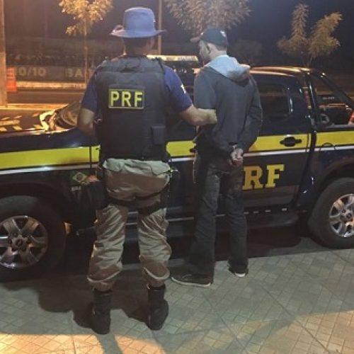 Barreiras: Condutor bêbado tentou subornar policiais colocando dinheiro no bolso de PRF