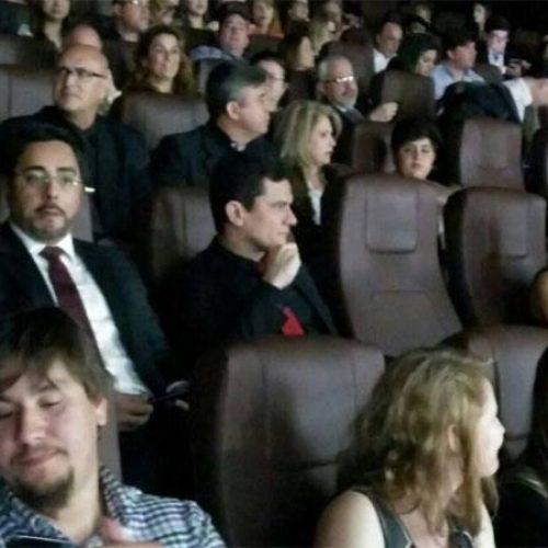 Juiz Sergio Moro é aplaudido em pré-estreia do filme sobre a Operação Lava-Jato; assista