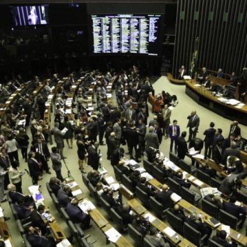 Maia adia para próxima terça votação da PEC que altera regras para eleições