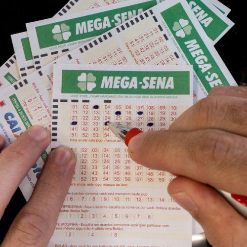 Mega Sena acumula e pode pagar R$ 50 milhões na quinta-feira