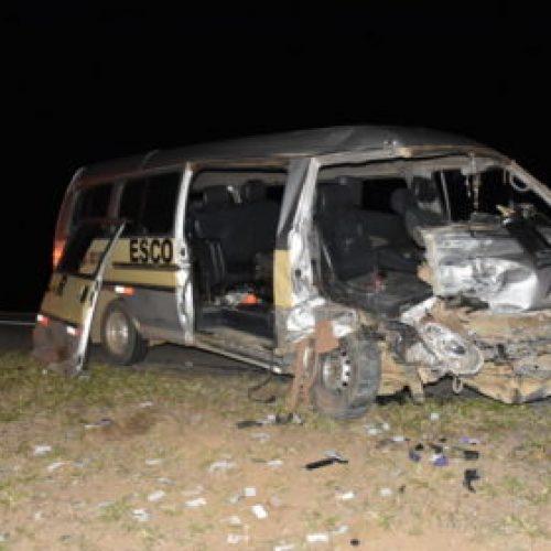 Acidente entre van escolar e carro deixa duas pessoas mortas na BR-116, em Conquista