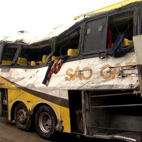 Acidente grave com ônibus que levava trabalhadores deixa 3 mortos e 20 feridos na BR-101