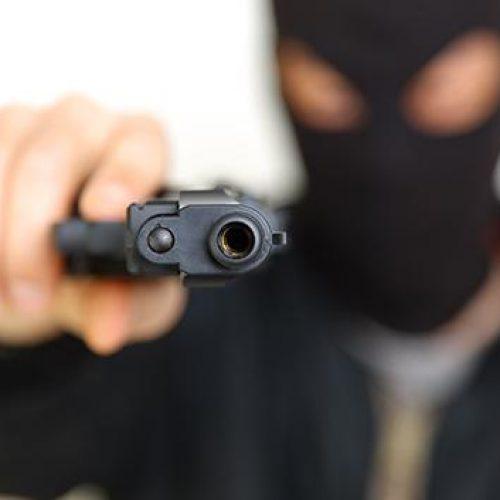 Apartamento é invadido e dois jovens são baleados em Feira