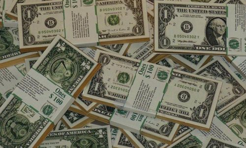 Após surpresa com Copom, bolsa cai 3,37% e dólar fecha a R$ 3,70