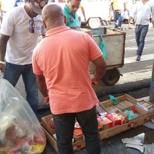 Prefeitura apreende alimentos vencidos de ambulantes irregulares