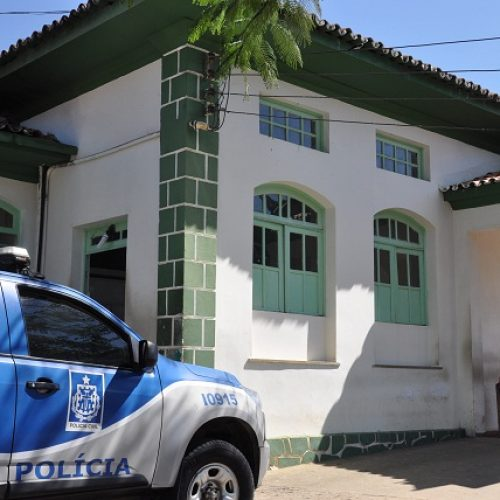 Jaguaquara: Adolescente esfaqueia mulher de 39 anos no pescoço, com faca de mesa, e foge, diz polícia