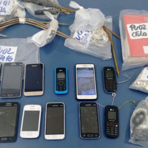 Armas e drogas são apreendidas durante vistorias no presídio de Feira