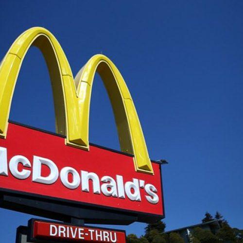 Atendente é obrigada a ficar nua no McDonald's e ganha indenização