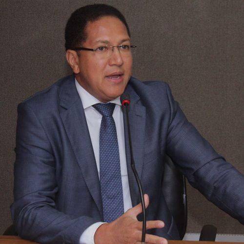 Augusto Castro critica prefeito de Itabuna por corte salarial de professores