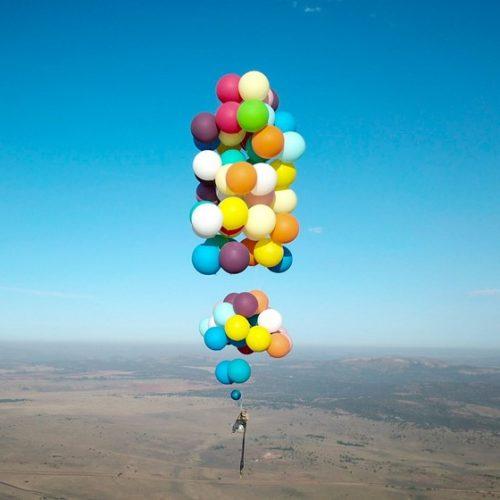 Homem voa por 25 km em cadeira de praia suspensa por balões de hélio; assista
