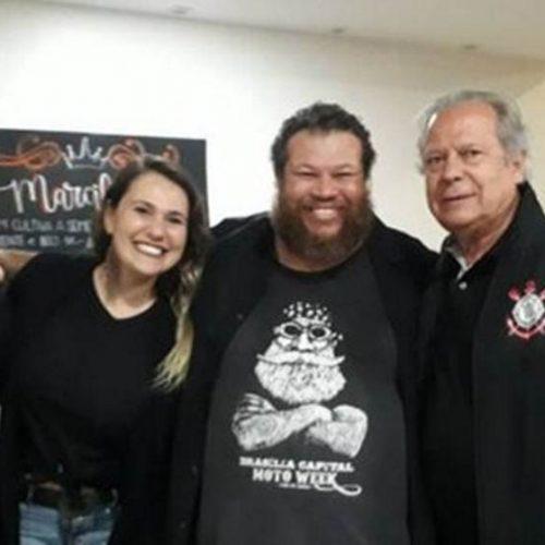 José Dirceu curte show de rock em Brasília com tornozeleira eletrônica