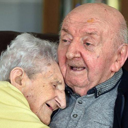 Mãe de 98 anos se interna em asilo para cuidar de filho de 80 anos