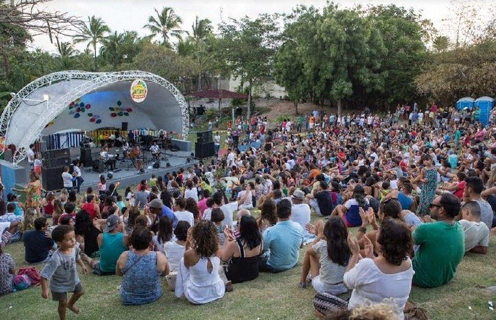 Adelmo Casé faz show intimista e anima público no Parque Ecológico de Lauro de Freitas