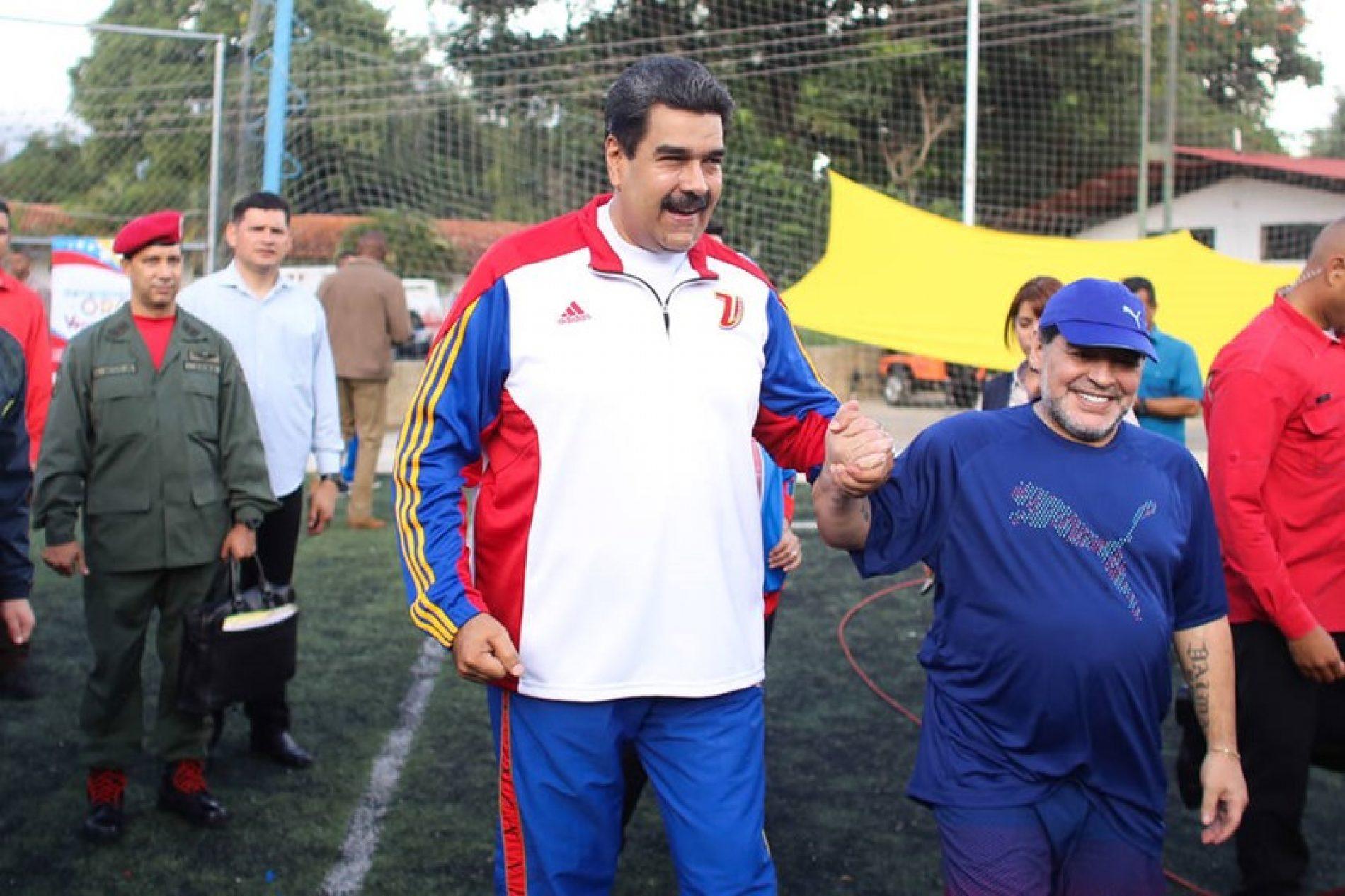Maradona e Maduro jogam partida de futebol na Venezuela