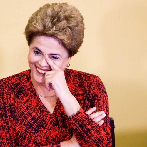 No Twitter, Dilma é chamada de bandida e faz piada com seguidor