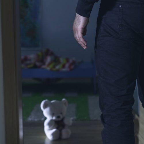 Pai flagra filho de 7 anos sendo estuprado por primo de 22 no Paraná