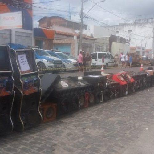 Feira de Santana: Prefeitura destrói quase 2 mil aparelhos de som apreendidos em blitz