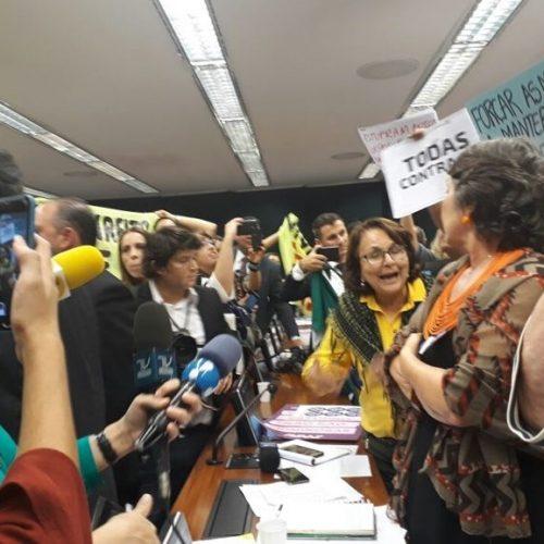 """Sessão da """"PEC do Aborto"""" tem confusão e bate-boca entre deputados;assista"""