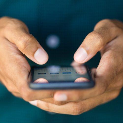 PL prevê punição a operadora que não barrar sinal de celular em prisão