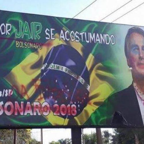 Em outdoor, Bolsonaro aparece com maquiagem e brincos