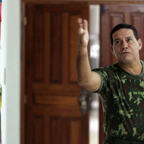 Exército destitui general de cargo por ter criticado Temer