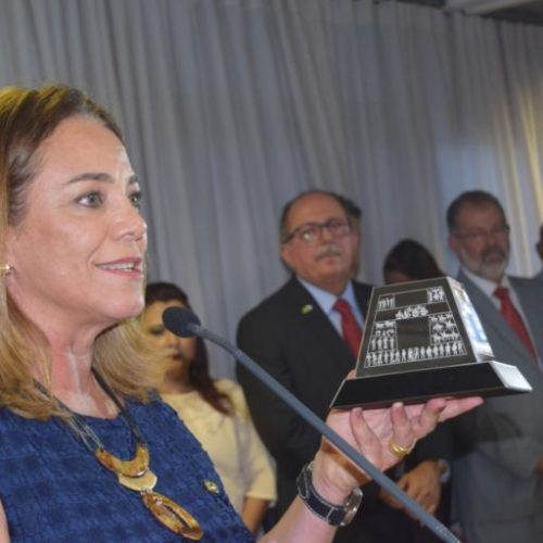 Fabíola Mansur dedica troféu Destaque Parlamentar às mulheres