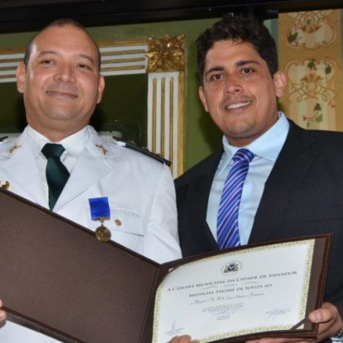 Vereador Sidninho concede medalha a major que atua na região de Sussuarana