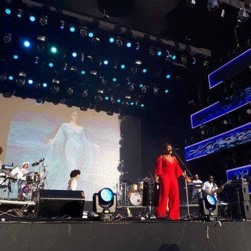 ASSISTA: Margareth sacode Festival Virada com sucessos de carreira