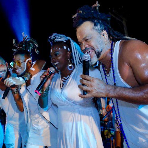 Largo do Caranguejo lotou para celebrar a virada do ano com Timbalada e Cacique Brown