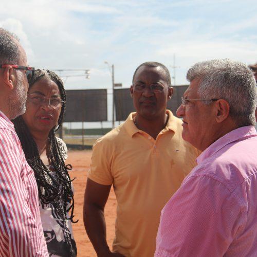 Rui autoriza e Carolino comemora a revitalização de campo da Liga de Futebol