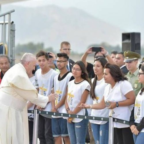 Papa quebra protocolo e cumprimenta fiéis na chegada ao Chile