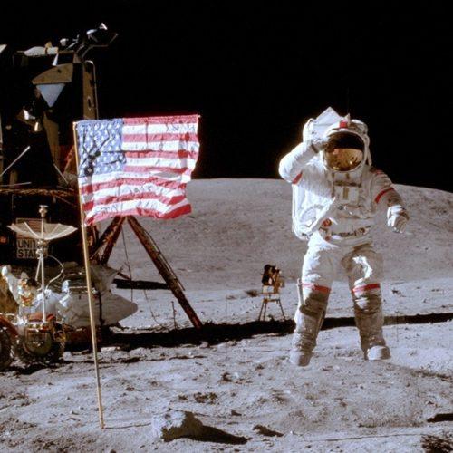 Primeiro comandante do ônibus espacial, astronauta John Young morre aos 87 anos