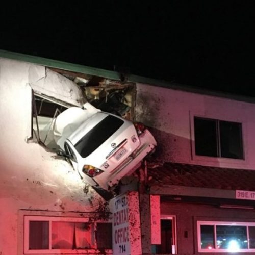 """Vídeo mostra carro """"voando"""" até parar no segundo andar de prédio; ASSISTA"""