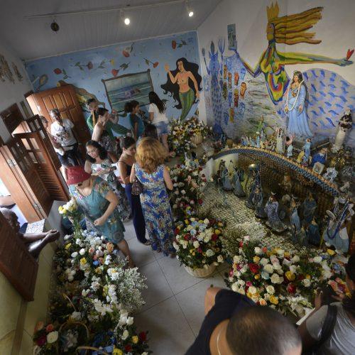 Fiéis começam a lotar Rio Vermelho para entrega de oferendas a Iemanjá