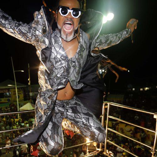 Atrações sem cordas e arrastão em destaque no último dia de folia na Barra