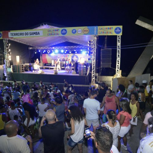 Amantes do samba lotam a Praça da Cruz Caída na noite de hoje