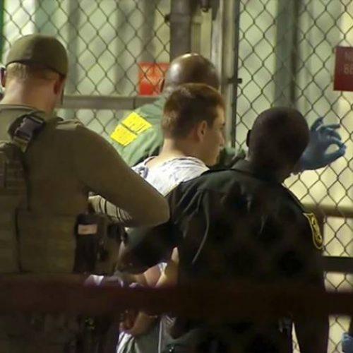 Acusado de matar 17 em ataque a tiros na Flórida comparece a tribunal