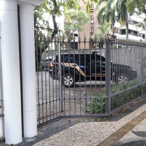 Polícia Federal sai com malotes do prédio do ex-governador Jaques Wagner