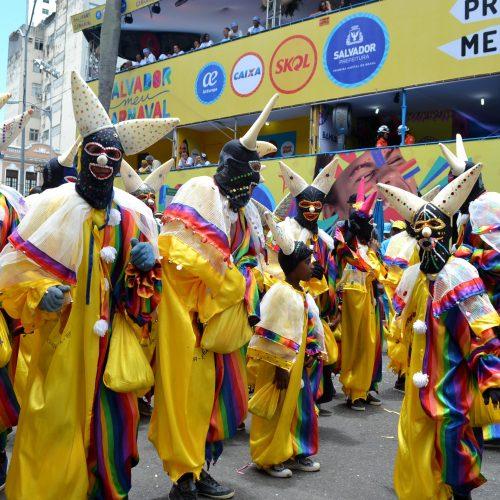 Sem banda, grupo mantém tradição do pierrot na folia de Salvador