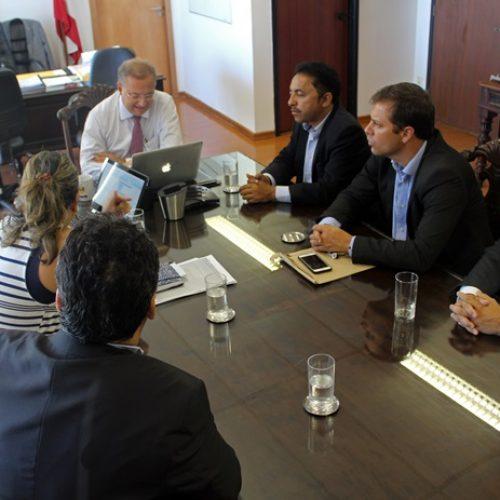 Roberto Carlos participa de entrega do 'Minha Casa, Minha Vida' e tem encontro com secretário de Saúde