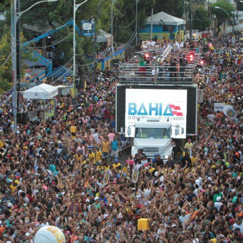 Baby do Brasil e Paulinho Boca puxam folião pipoca na Barra nesta segunda-feira
