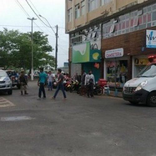 PM é baleado ao impedir assalto em loja no centro de Ilhéus; dois bandidos; foram atingidos; ASSISTA