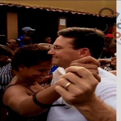Que tiro foi esse? João Roma cai na dança no Bloco da Saúde no pré-carnaval de São Cristovão; ASSISTA