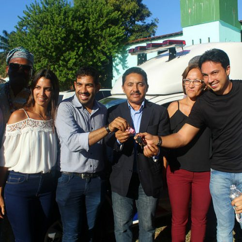 Roberto Carlos realiza entrega de ambulância em Vera Cruz